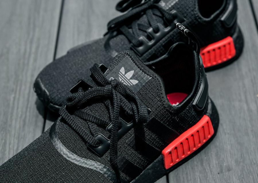 guide-achat-adidas-nmd-r1-toute-noire-avec-plugs-rouges (4)