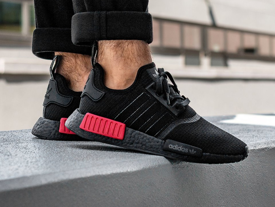 guide-achat-adidas-nmd-r1-toute-noire-avec-plugs-rouges-on-feet (2)