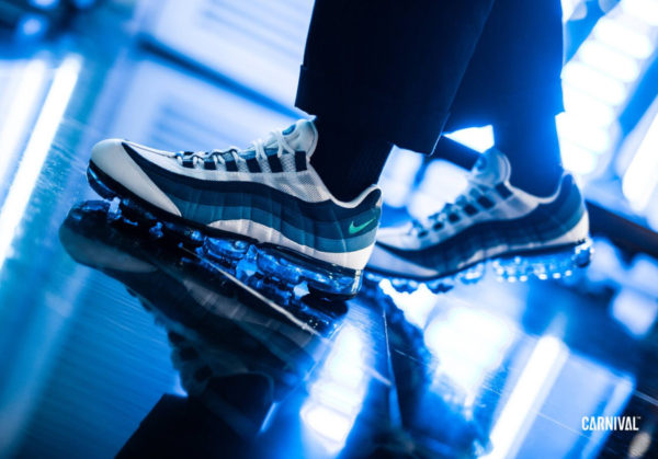 chaussure Nike Air Vapormax 95 OG Slate French Blue on feet (AJ7292-100)