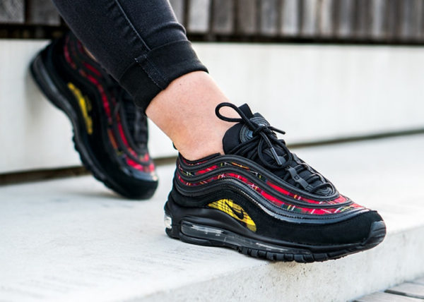 chaussure Nike Wmns Air Max 97 SE Suede Tartan Plaid Pack on feet ( AV8220-001)
