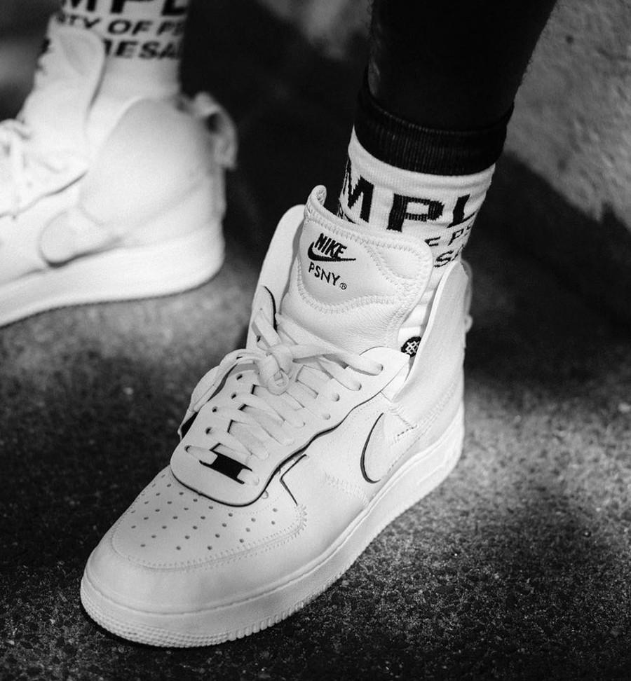 chaussure PSNY x Nike Air Force 1 Triple White on feet (A09292-100)