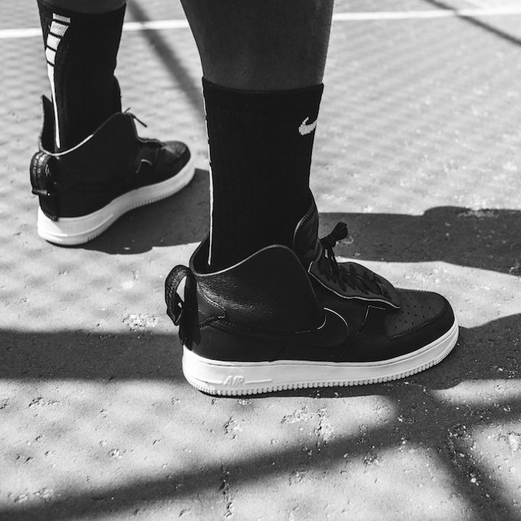 chaussure PSNY x Nike Air Force 1 Black Sail on feet ( AO9292-002)