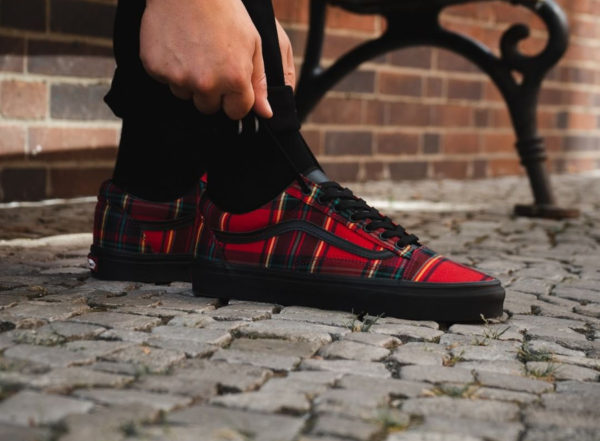 Chaussure Vans Old Skool Mix Plaid Tartan Red Black on feet (VA38G1U5P)