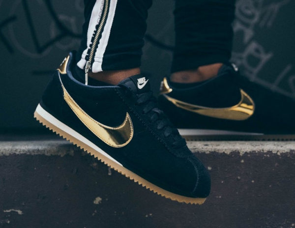 chaussure Nike Cortez SE Suede femme 'Black Gold Gum' on feet