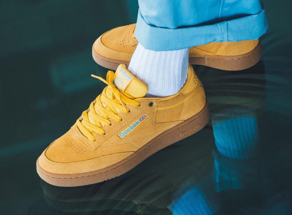 chaussure Reebok Club C 85 Suede Banana Blue Gum on feet