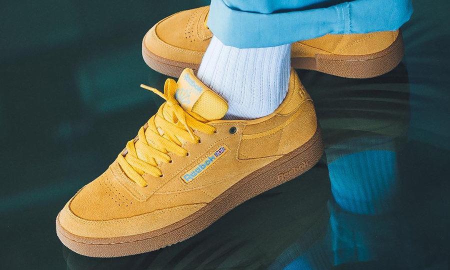 chaussure Reebok Club C 85 Suede Banana Blue Gum on feet