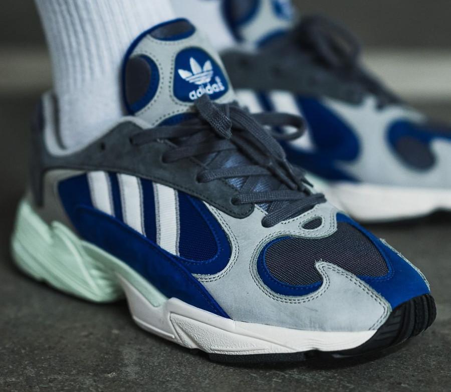 Adidas Yung-1 grise et bleu alpin aux pieds (1)