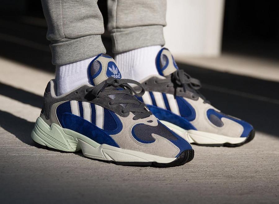 Adidas Yung-1 grise et bleu alpin aux pieds (4)