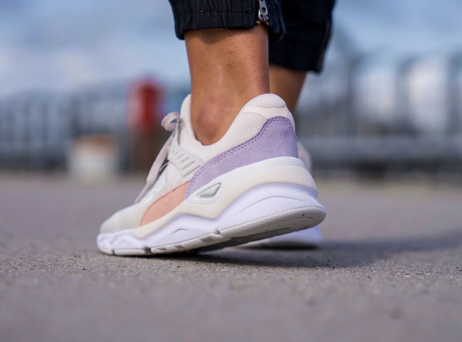 New Balance X-90 femme chunky beige rose et violet on feet (3)