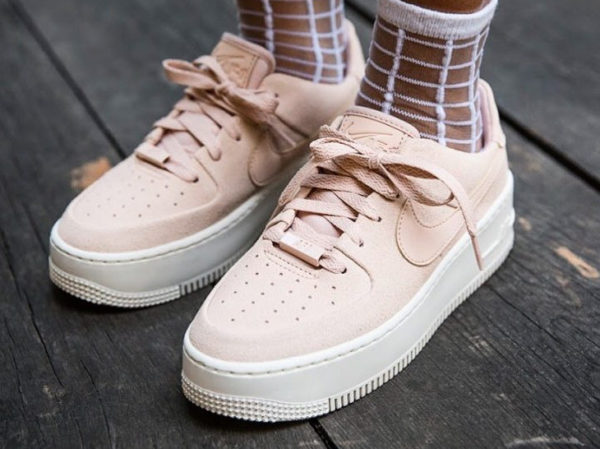 official photos 619bd c092e Nike AF1 Air Force 1 Sage Low femme Jorja Smith  Particle Beige (couv)