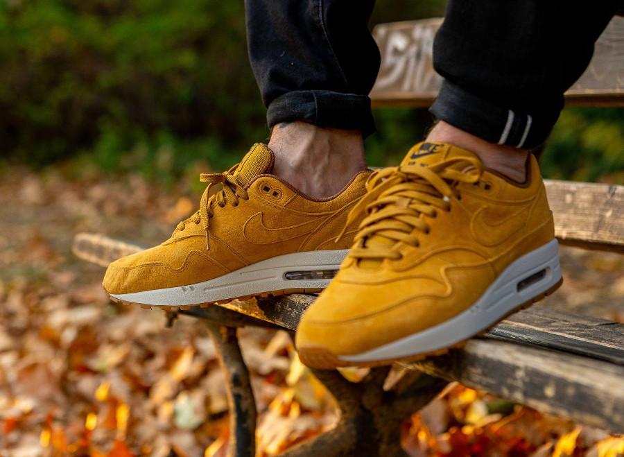 Nike Air Max One blé beige clair et marron on feet (3)