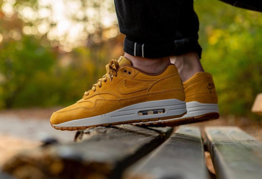 Nike Air Max One blé beige clair et marron on feet (4)
