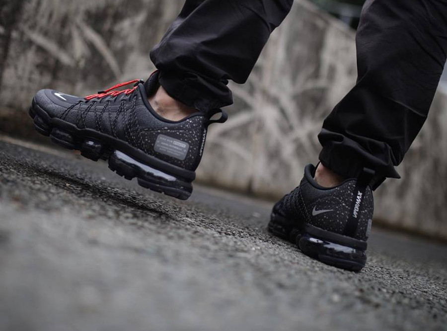 Nike Air Vapormax Run Utility noire grise et rouge on feet (1)