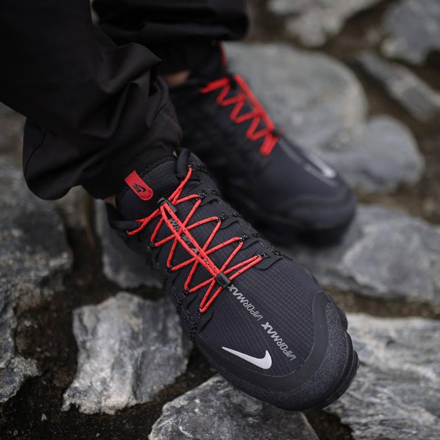 Nike Air Vapormax Run Utility noire grise et rouge on feet (3)