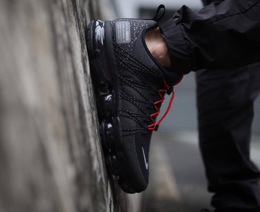 Nike Air Vapormax Run Utility noire grise et rouge on feet (4)
