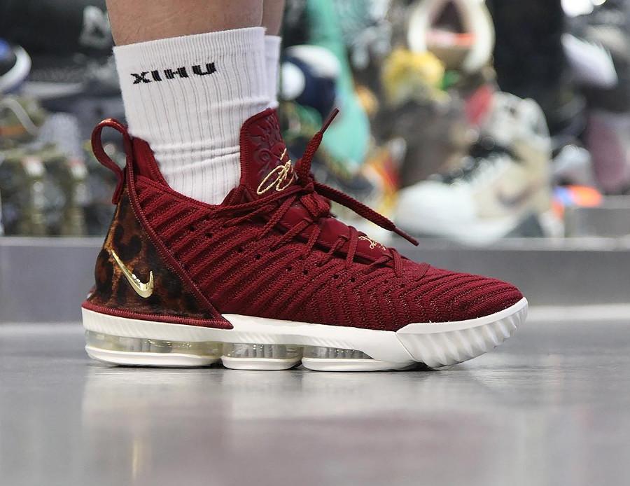 Nike Lebron 16 battleknit bordeaux avec print léopard on feet