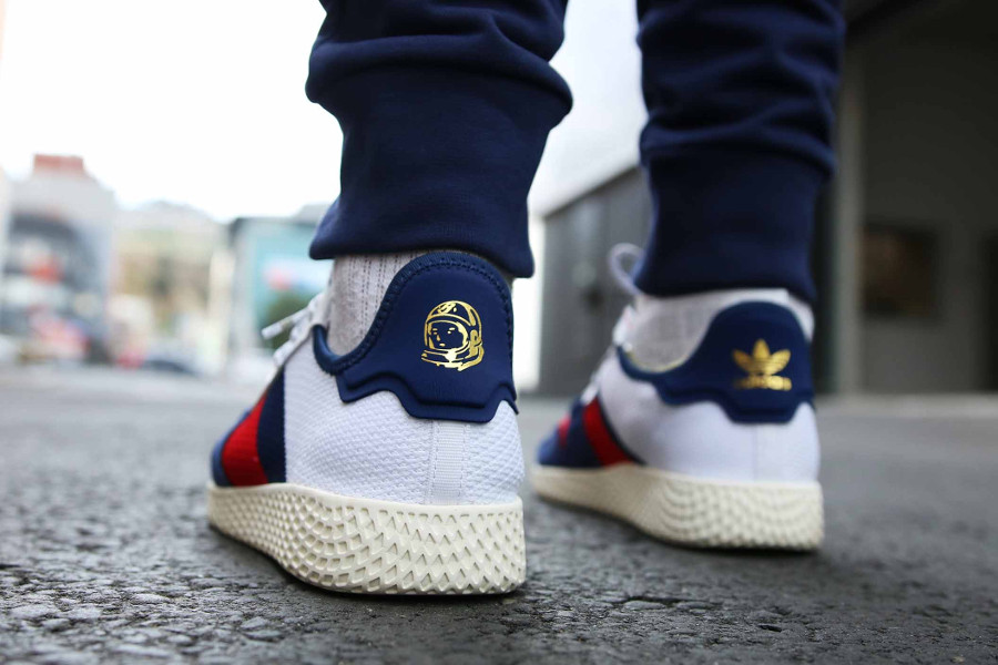 Pharrell x BBC x Adidas Tennis HU V2 blanche rouge et bleue on feet (1)