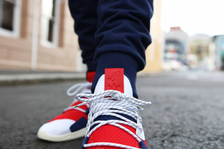 Pharrell x BBC x Adidas Tennis HU V2 blanche rouge et bleue on feet (2)