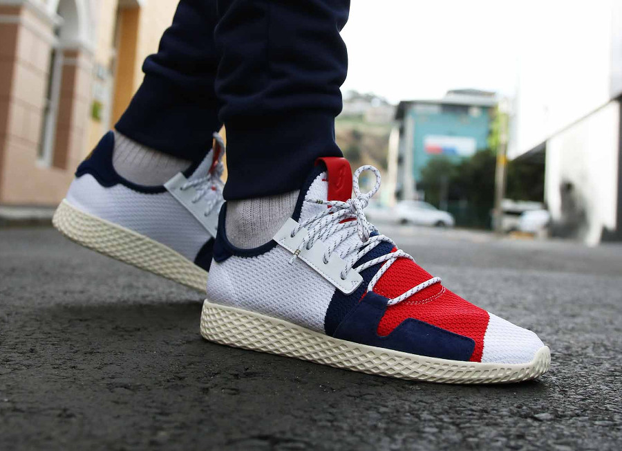 Pharrell x BBC x Adidas Tennis HU V2 blanche rouge et bleue on feet (4)
