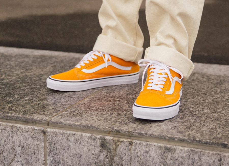 Vans UA Old Skool jaune et blanche on feet (VA38G1UKU) (1)