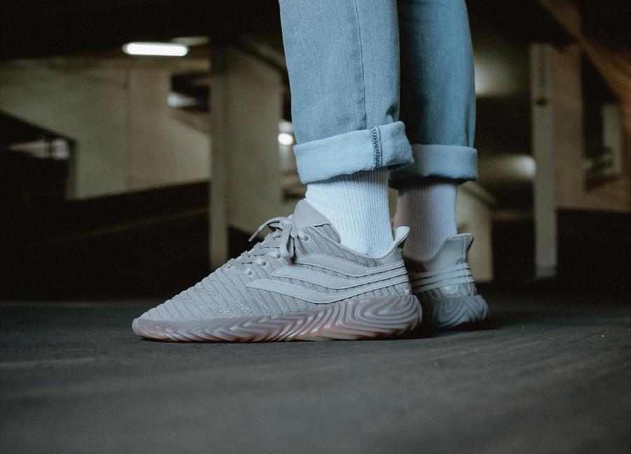 adidas-sobakov-grise-et-beige-on-feet-BB8079