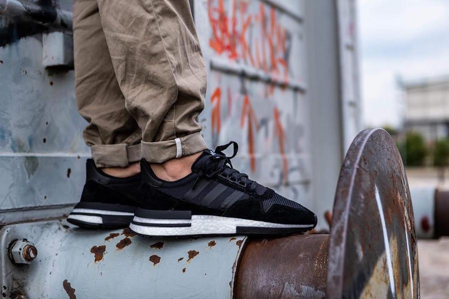 adidas-zx500-rm-noire-et-blanche-aux-pieds-B42227 (1)