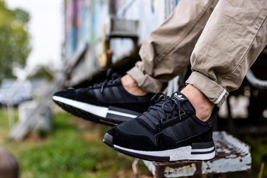 adidas-zx500-rm-noire-et-blanche-aux-pieds-B42227 (2)