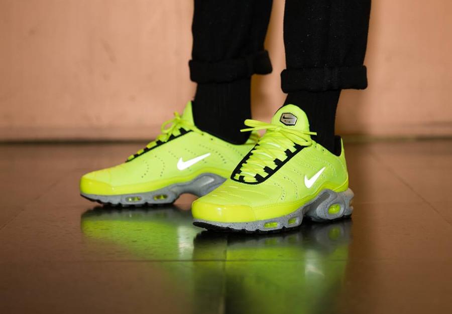 air-max-plus-jaune-fluo-et-gris-on-feet-815994-700 (2)