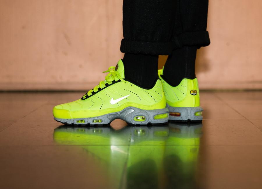 air-max-plus-jaune-fluo-et-gris-on-feet-815994-700 (3)