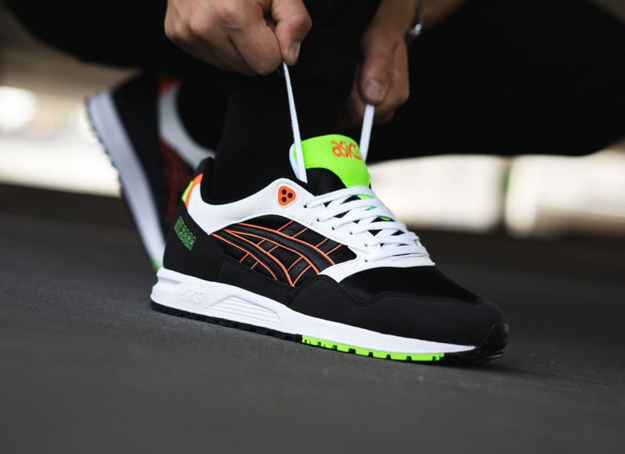 asics-gel-saga-noire-blanche-orange-et-fluo-on-feet-1193A071 002
