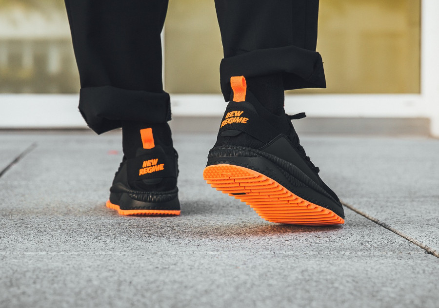 atelier-new-regime-puma-tsugi-jun-noire-et-orange-on-feet-367701-02