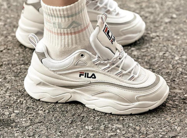 fila-ray-blanche-et-gris-metallique-on-feet-couv