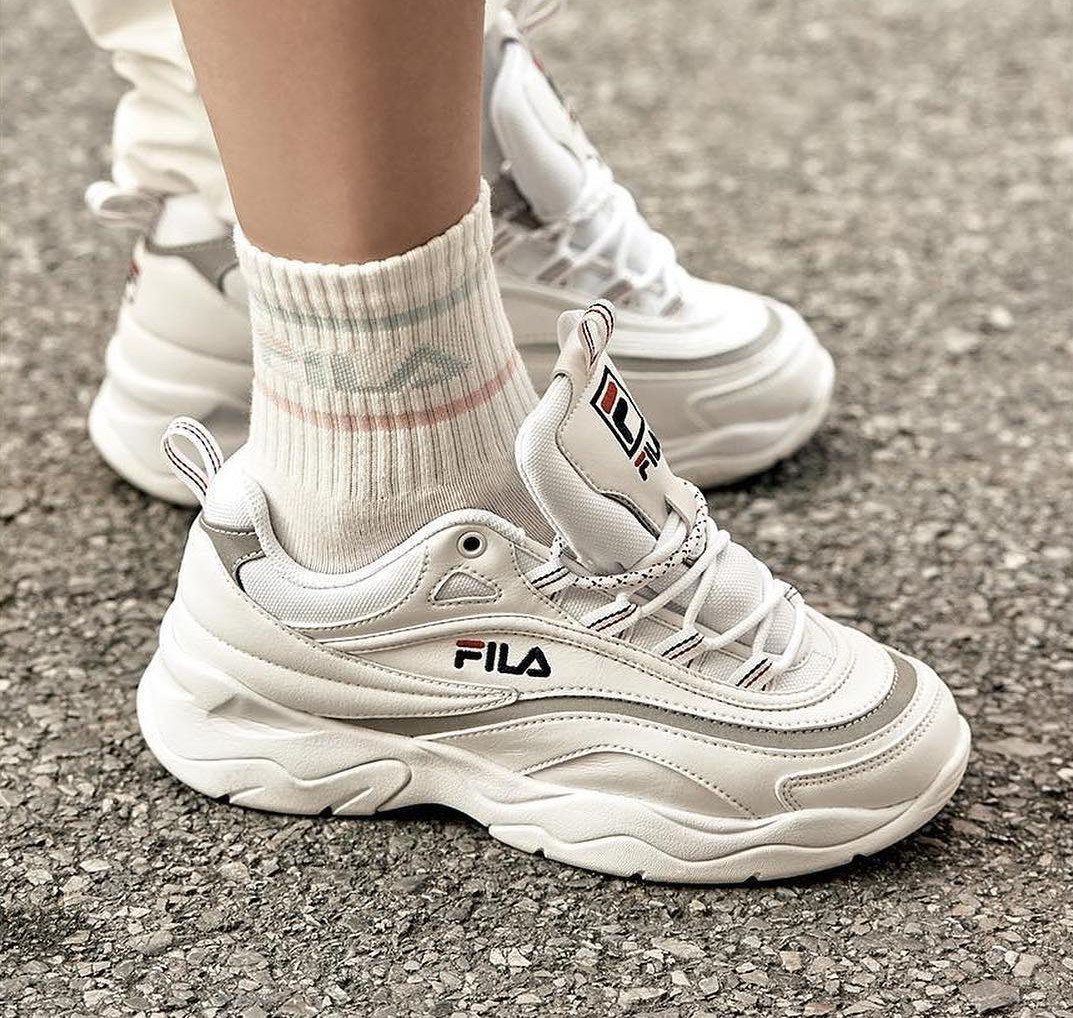 fila-ray-blanche-et-gris-metallique-on-feet