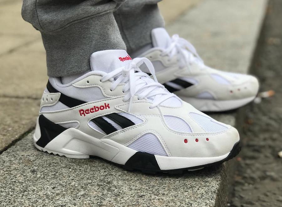 reebok-aztrek-blanche-noire-et-rouge-on-feet (5)