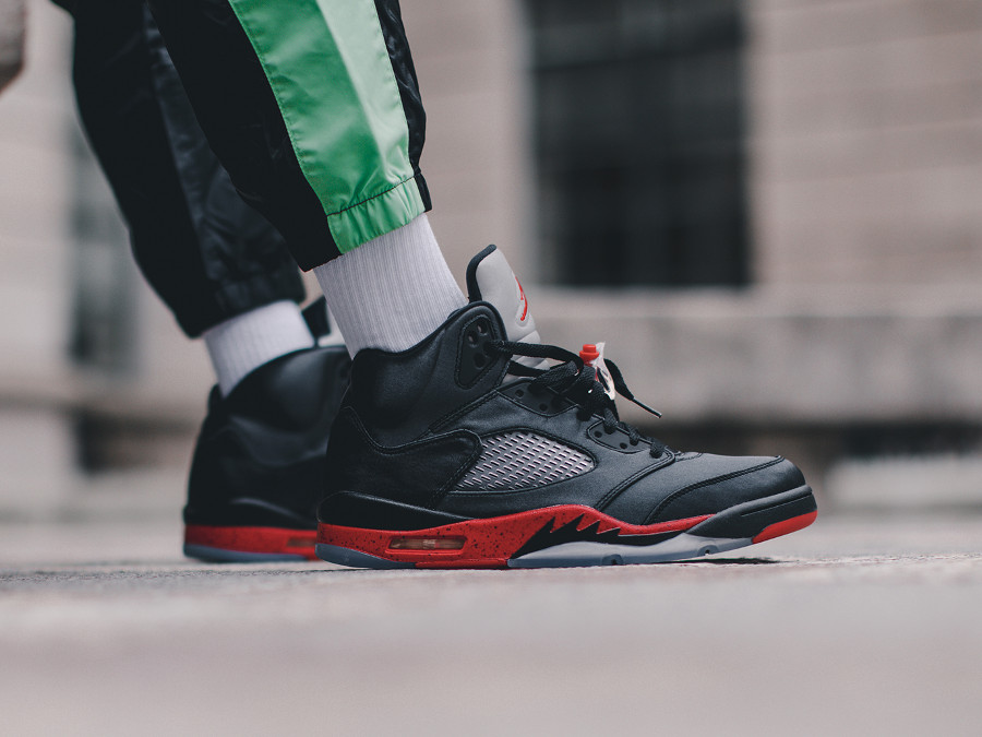 Air Jordan 5 Retro Satin Bred University Red aux pieds (1)
