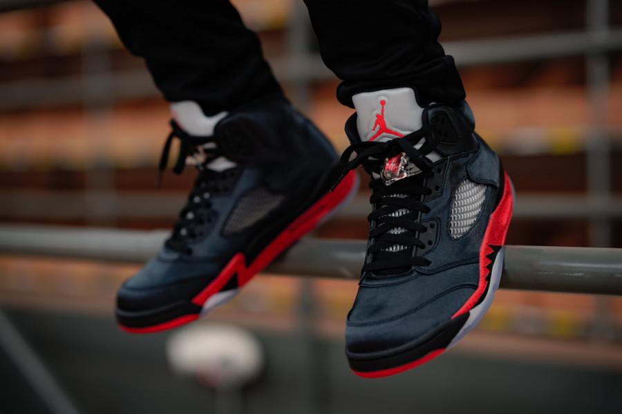 Air Jordan 5 Retro Satin Bred University Red aux pieds (3)