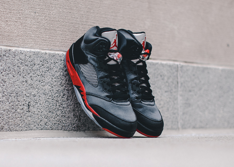 Air Jordan 5 en satin noir avec semelle rouge (2)