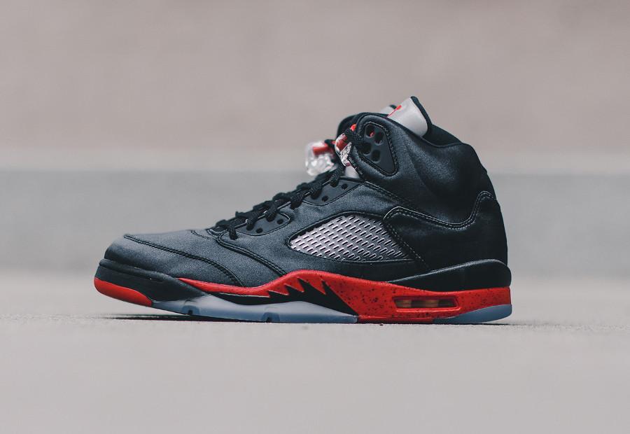 Air Jordan 5 en satin noir avec semelle rouge (3)