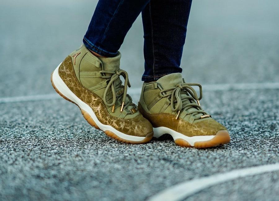 Air Jordan XI luxe en daim vert olive on feet (1)