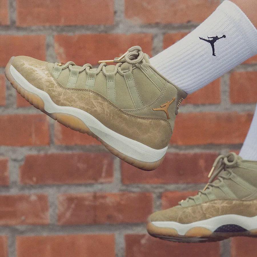 Air Jordan XI luxe en daim vert olive on feet (2)