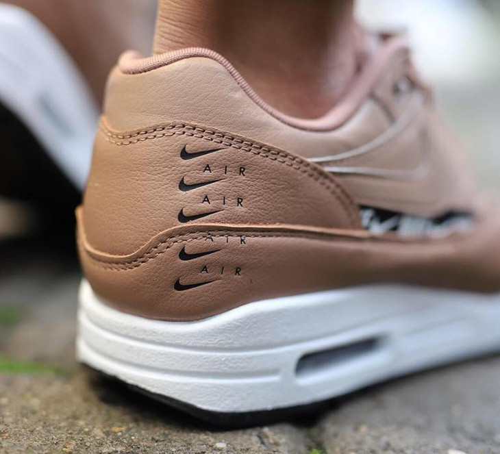 Air Max 1 Premium Over Branded marron et rose on feet (2)