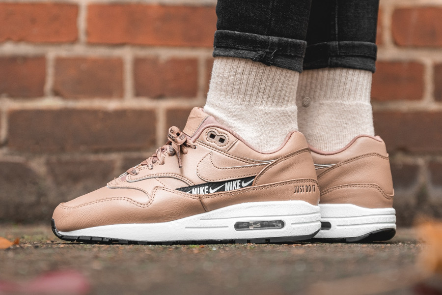 Air Max 1 Premium Over Branded marron et rose on feet (3)