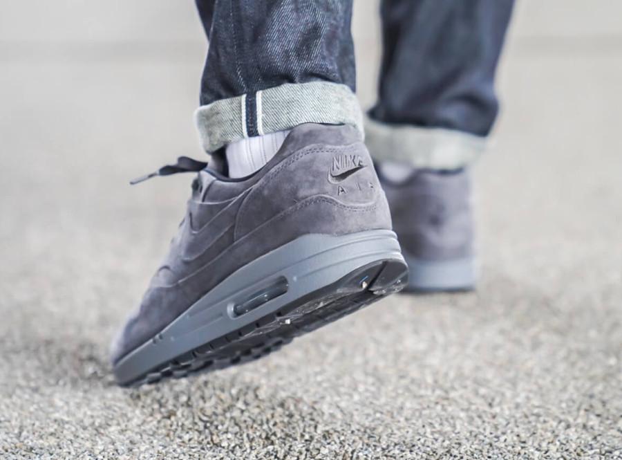Nike Air Max 87 en suède gris pour homme on feet (1)