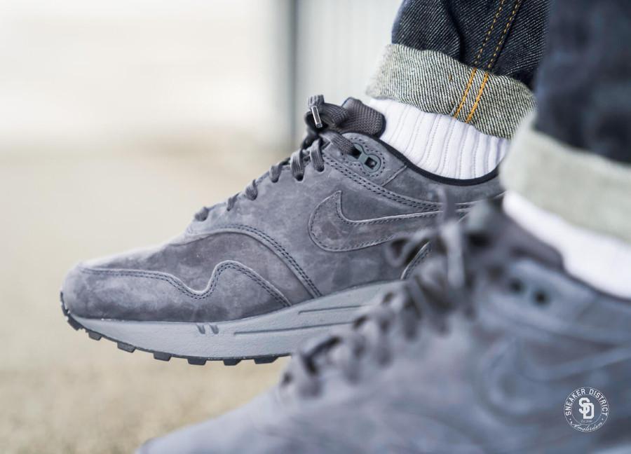 Nike Air Max 87 en suède gris pour homme on feet (2)
