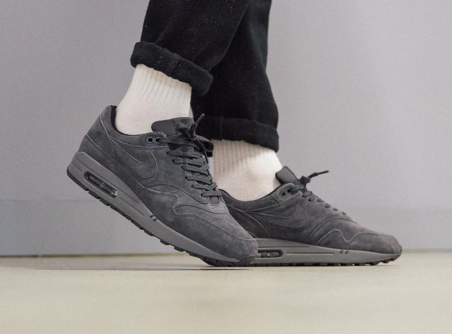 Nike Air Max 87 en suède gris pour homme on feet (3)