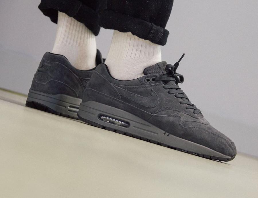 Nike Air Max 87 en suède gris pour homme on feet (4)