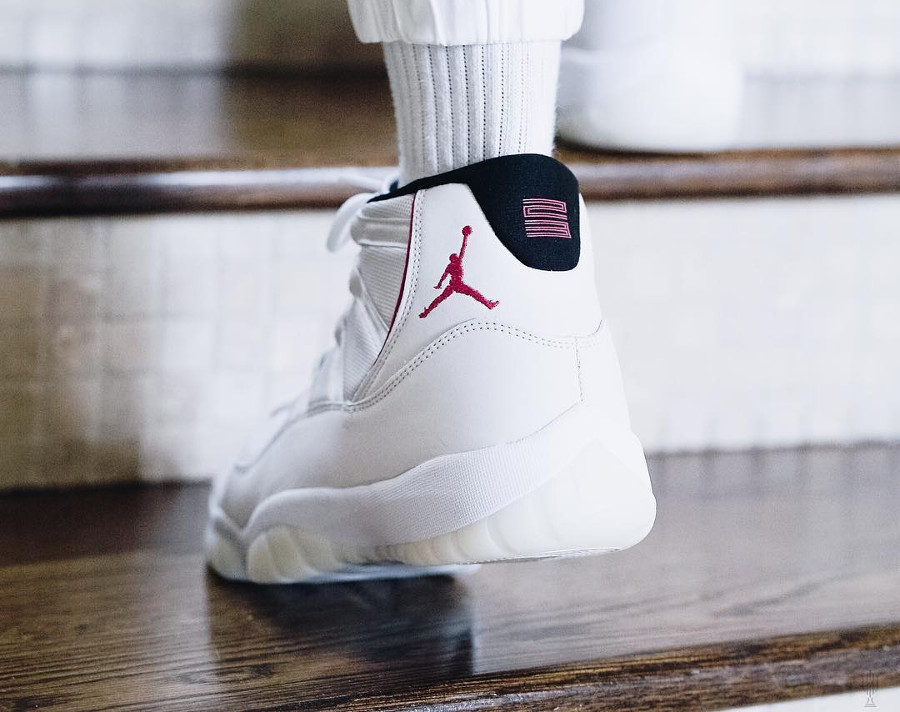 air-jordan-xi-en-nubuck-beige-et-rouge-on-feet (2)