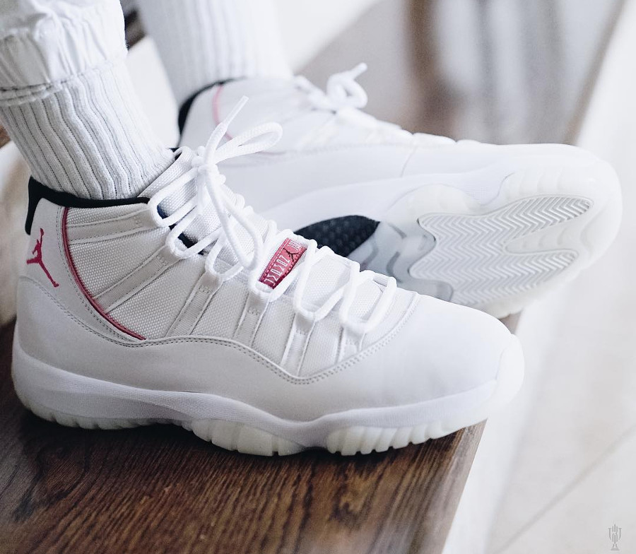 air-jordan-xi-en-nubuck-beige-et-rouge-on-feet (3)
