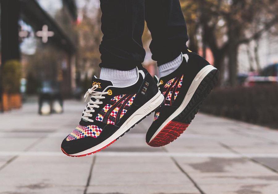 asics-gel-saga-exclusivité-size-noire-et-multicolore-on-feet