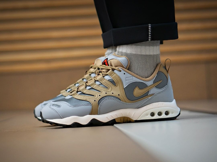 nike-air-terra-humara-grise-et-beige-on-feet